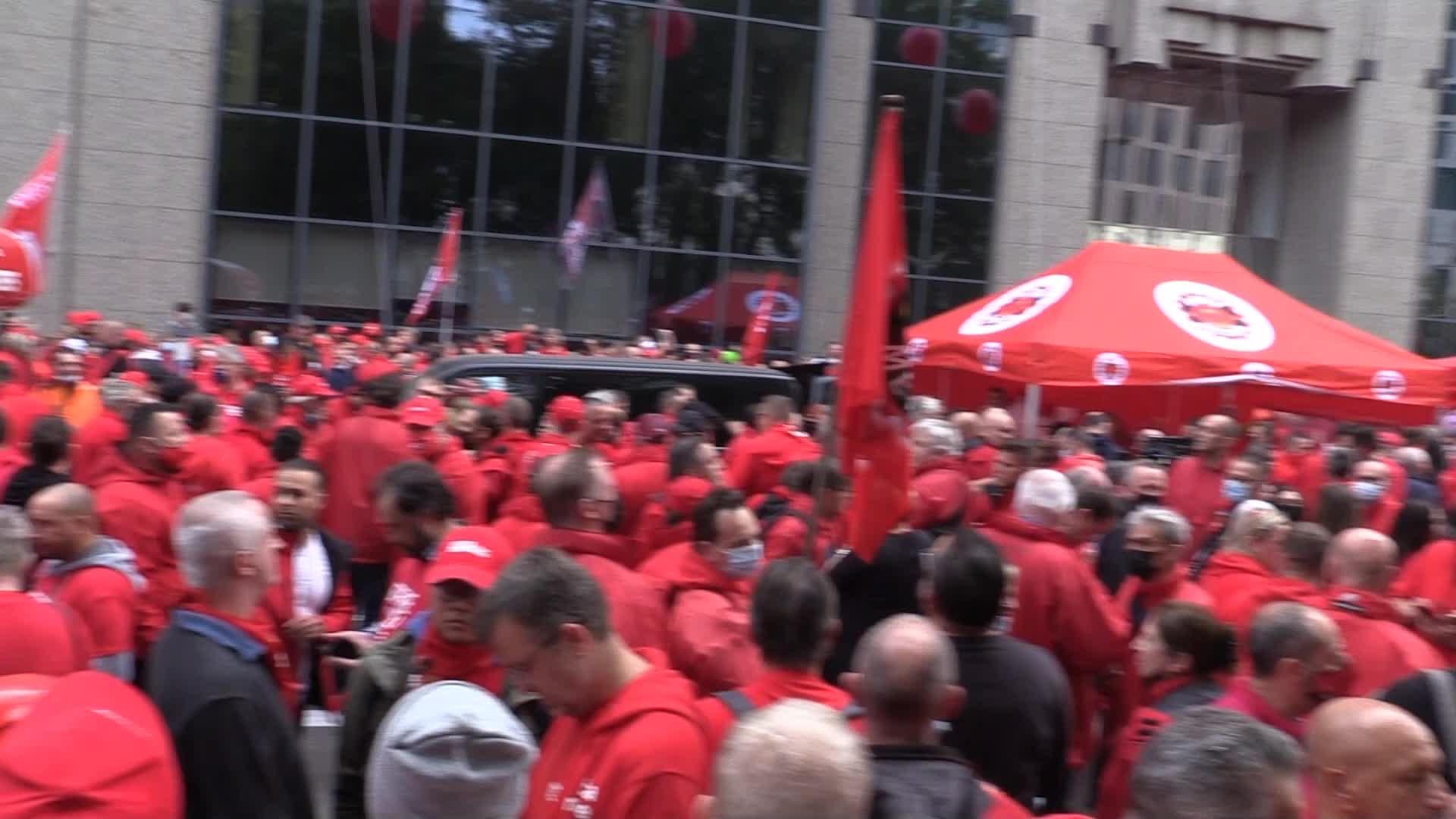 Sciopero a Bruxelles: 15mila in rosso contro legge su aumento salari